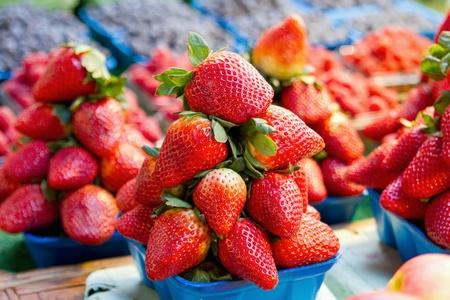 Zoete Rijpe rode aardbeien op Fruit Stall Stockfoto