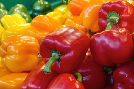 papryczki: Czerwony Żółty i zielony Bell roślinny Peppers Wyświetlacz Stall Zdjęcie Seryjne