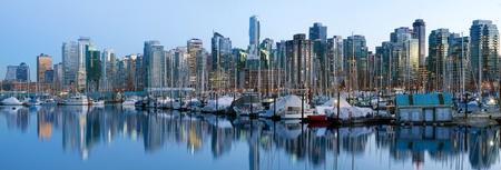 falso: Vancouver, BC Canadá Skyline y Marina a lo largo de False Creek en el Panorama Blue Hour Foto de archivo