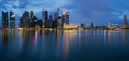 jachthaven: Singapore City Skyline langs de Singapore River Panorama bij Blue Hour Stockfoto