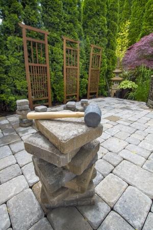 Stapel van Cement Betonmolens On Backyard Patio voor Garden Landscaping Stockfoto