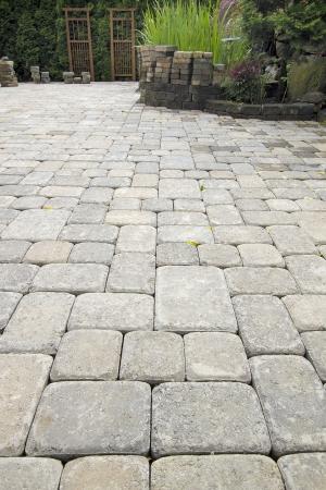 adoquines: Acostado jard�n de cemento Pavimentadoras Patio de ajardinar del patio trasero Hardscape con estanque Foto de archivo