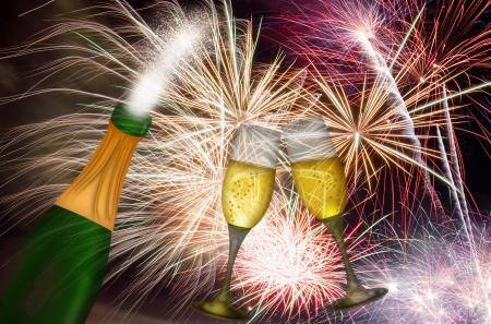 香檳酒瓶和雙長笛與煙花背景祝酒