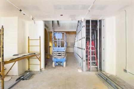 andamios: Drywall y Framing con clavos de metal en el sitio de construcción del Espacio Comercial