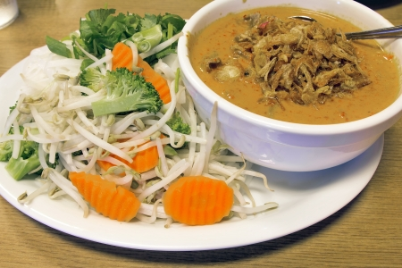 beef curry: Thai Beef Curry Noodles with Raw Vegetables Broccoli Carrots Bean Sprouts and Gravy Stock Photo