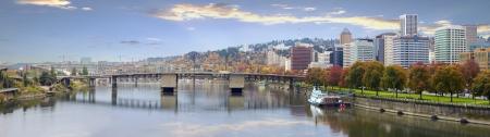 ポートランド オレゴン州ダウンタウン街のスカイラインとウィラメット川のウォーター フロントのパノラマにかかる橋