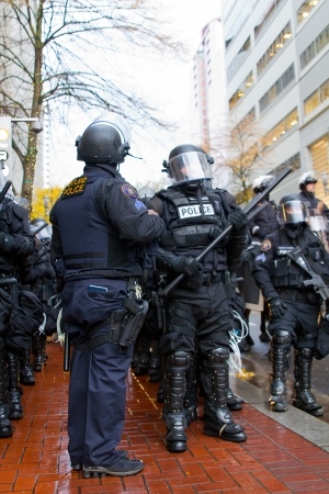 PORTLAND, OREGON - NOV 17, 2011 - Police Sergeant and Cops in Riot Gear in Downtown Portland, Oregon during a Occupy Portland protest on the first anniversary of Occupy Wall Street November 17, 2011 新闻类图片