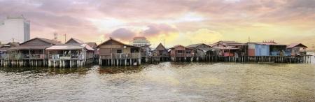 日の出のパノラマでペナン、マレーシアでの突堤の遺産をかむ