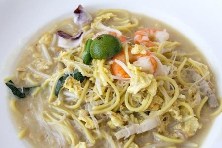 Hokkien Stir Fry Yellow Noodles and Rice Noodles with Prawns Squids Eggs and Pork Closeup Reklamní fotografie - 18868525