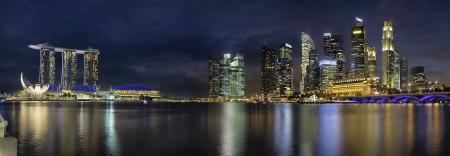 ブルーアワー パノラマでシンガポール川沿いの道路橋のシンガポール市街のスカイライン