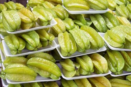 tiendas de comida: Starfruits Carambola frutas envasados ??para la venta en el mercado del Sudeste Asiático Foto de archivo