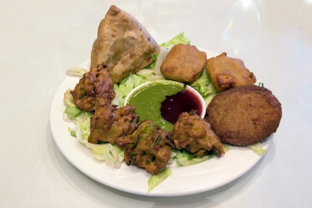 East Indian Food Appetizer Starter Dish with Samosa Pakoras Vegetable Cutlets with Chutney Tamarind Dipping Sauce 版權商用圖片