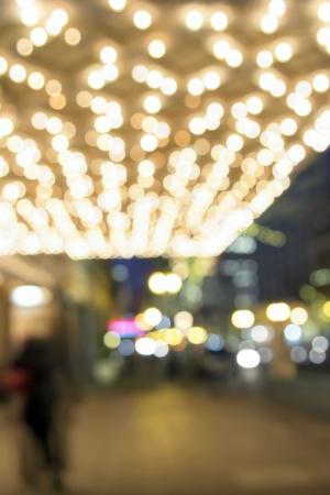 ブロードウェイのオレゴン州ポートランドのダウンタウンのまたたくライトぼやけ多重ボケ味を持つ古い歴史的な劇場マーキー天井 写真素材