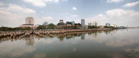 Straat van Johor met Johor Bahru Stad Waterfront Panorama van de Horizon