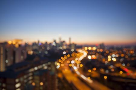 Ampang Kuala Lumpur Elevated Highway AKLEH met skyline van de stad in Maleisië bij Schemering Wazig Onscherp Bokehachtergrond Stockfoto