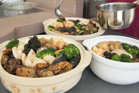 풍 최 홍콩 광동 요리 큰 잔치 해물 요리와 그릇과 중국 새 해 저녁 식사를 위해 야채 스톡 콘텐츠