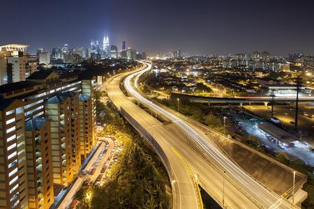 Ampang Kuala Lumpur Verhoogde Highway AKLEH met de skyline van de stad in Maleisië bij Schemer Stockfoto