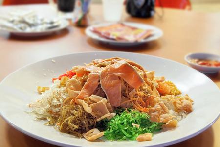 Capodanno cinese Teochew stile pesce crudo Insalata Lo Hei Toss Archivio Fotografico - 26524641