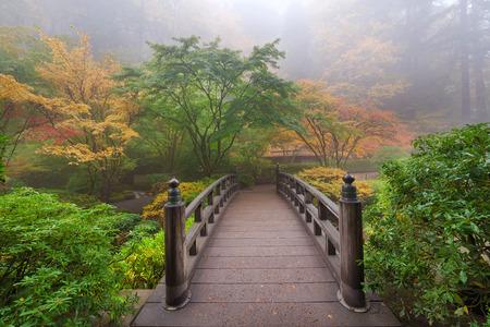 Maan Bridge Een mistige ochtend in de herfst op Portland Japanse Tuin Stockfoto