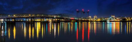 컬럼비아 강 건너 고속도로 5 다리 포틀랜드 오레곤에서 밤 파노라마 밴쿠버 워싱턴 스카이 라인보기에