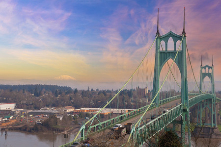 St Johns Brug in Portland Oregon Over Willamette River met Mt St Helens View Stockfoto