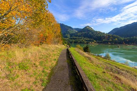 hiking trail: Hiking Trail along Columbia River Gorge in Washington State during Fall Season