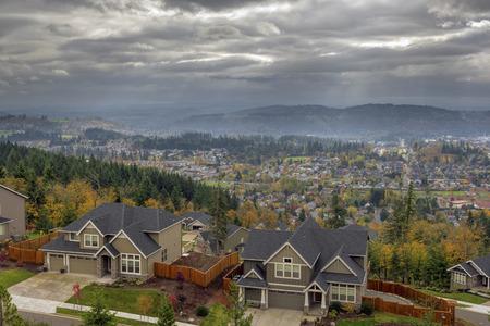 Gelukkig Oregon Rapid Valley groeiende stad Woon Huizen in de herfst seizoen