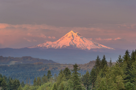 alpenglow sera Mount Hood durante il tramonto da Happy Valley Oregon Archivio Fotografico