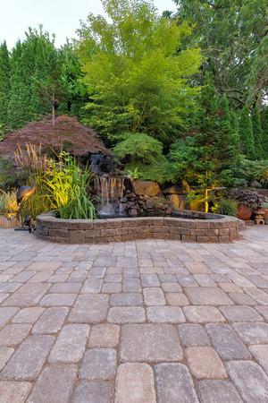 Backyard Garden Paver bakstenen terras met waterval Vijver en Landscaping