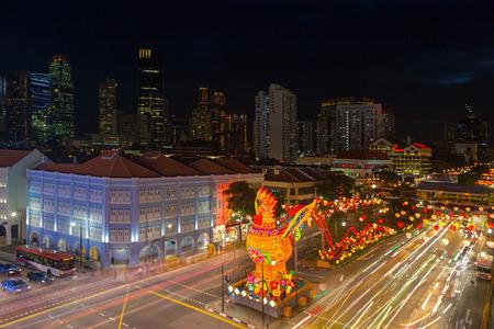 オンドリの装飾の年でシンガポール チャイナタウン 2017年中国旧正月お祝い 写真素材