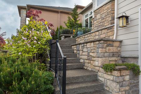 家前庭培養材突き板石の仕事の下見張りおよび棒鉄の階段 写真素材 - 77997163