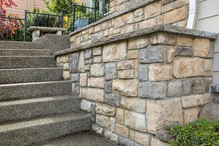 郊外の住宅街の家の前に石造りの仕事を培養 写真素材 - 77997169