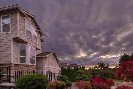 Stürmischer Himmel über nordamerikanischer Vorortnachbarschaft in der Herbstsaison Standard-Bild - 87574182