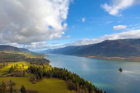 Columbia River Gorge from Cape Horn viewpoint in Washington State on a cloudy blue sky day 版權商用圖片