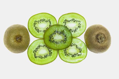 fives slices of kiwi and two half kiwi on a white background 版權商用圖片