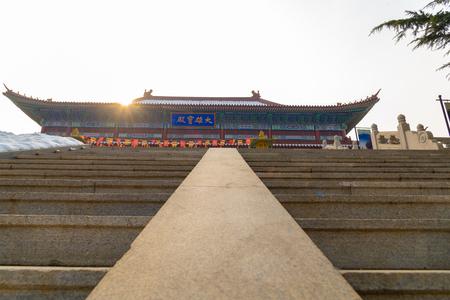 Longkou, Yantai, Shandong, Cina - 19 dicembre 2018: il complesso del tempio nanshan di longkou uno dei templi più belli e più grandi della Cina Editoriali