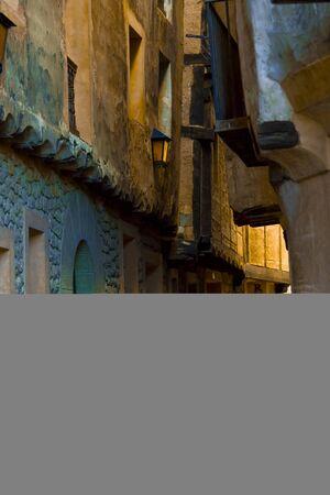 Bella strada acciottolata stretta di una città medievale. Concetto di viaggio.