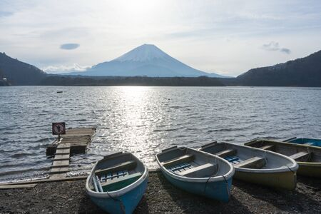 Beautiful View of Mt. Fuji from the Lake. 스톡 콘텐츠
