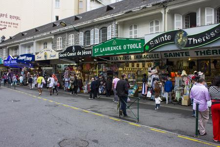 루르드 (Lourdes)의 우리 성모의 성역 (Sanctuary of Lourdes)은 유명한 치유력으로 유명한 프랑스의 순례지입니다.