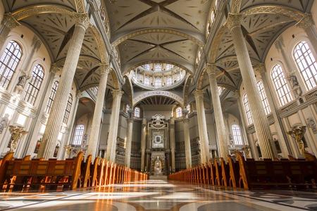 l'intérieur de la basilique Notre-Dame de Lichen, une église catholique dédiée à Notre-Dame des Douleurs, Reine de Pologne. Une des plus grandes et des plus grandes églises du monde. Banque d'images - 81961411