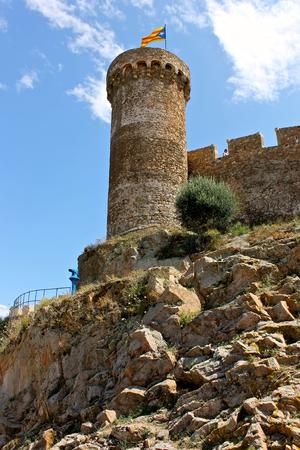 Senyera estelada, 카탈로니아 독립 지지자에 의해 일반적으로 비행 한 비공식적 인 깃발, Tossa de 3 월 요새, Catalonia, 스페인의 탑에 물결 치는 것