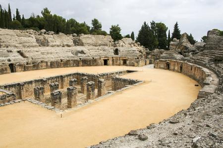 De ruïnes van het Romeinse amfitheater in Italica, een oude stad in Andalusië, Spanje Stockfoto