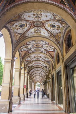이탈리아의 볼로냐 (Bologna)에있는 중세 도시 포르 티코 (Porticoes)는 유네스코 세계 문화 유산 임시 표의 일부입니다.