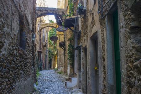 이탈리아 리구 리아의 유령 도시인 Bussana Vecchia의 거리가 1887 년 지진으로 타격을 입었습니다.