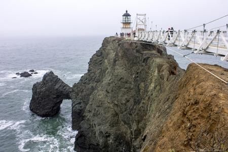캘리포니아 주 소살리토 근처의 마린 헤드 랜드 (Marin Headlands)에있는 샌프란시스코 만 입구에 위치한 Point Bonita 등대 스톡 콘텐츠