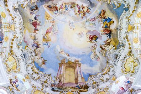 All'interno della Chiesa del pellegrinaggio di Wies (Wieskirche), una chiesa ovale in stile rococò situata ai piedi delle Alpi, Baviera, Germania. Archivio Fotografico - 90287597
