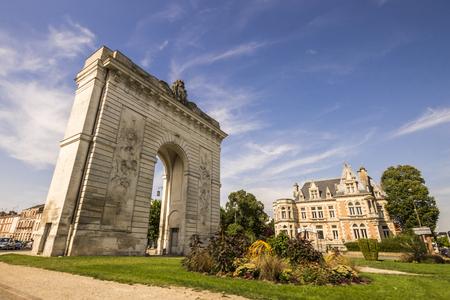 The Porte Sainte-Croix, a Triumphal arch in rue Carnot, Chalons-en-Champagne, France Archivio Fotografico - 95865346