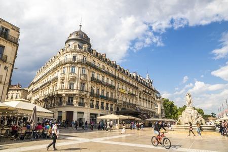 Montpellier, Frankreich. Der Place de la Comedie, ein historischer Platz mit dem Drei-Gnaden-Brunnen und dem Le Scaphandrier-Gebäude