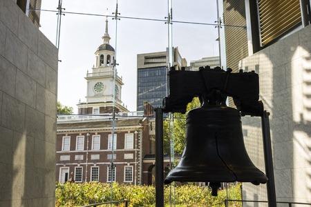 Philadelphia, Pennsylvania. Die Liberty Bell, ein Wahrzeichen der amerikanischen Unabhängigkeit, mit der Independence Hall im Hintergrund Editorial