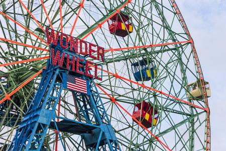 New York City. Das Wonder Wheel, ein 45,7 Meter hohes exzentrisches Riesenrad aus dem Jahr 1920, befindet sich in Denos Wonder Wheel Amusement Park im Stadtteil Coney Island in Brooklyn